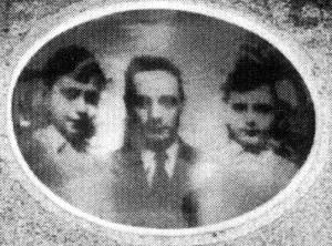 Charles et Henri Mildman, au centre leur père Jacques