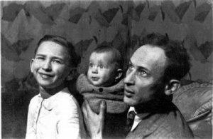 Entre son frère Marcel et Jacob, leur père